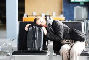 Девушка на чемодане